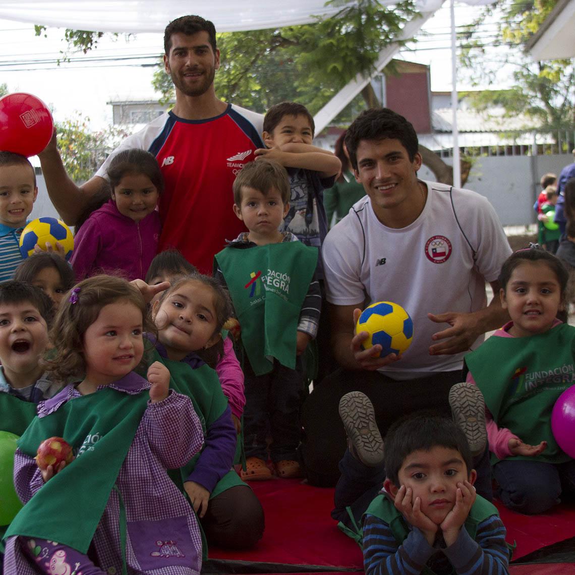 Primos Grimalt se reúnen con niños y niñas que participan en jornada de Vacaciones en Mi Jardín