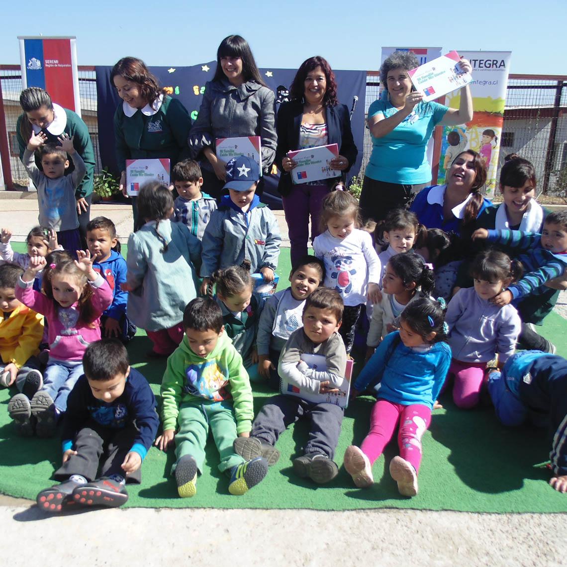 Educadoras y niños y niñas en programa