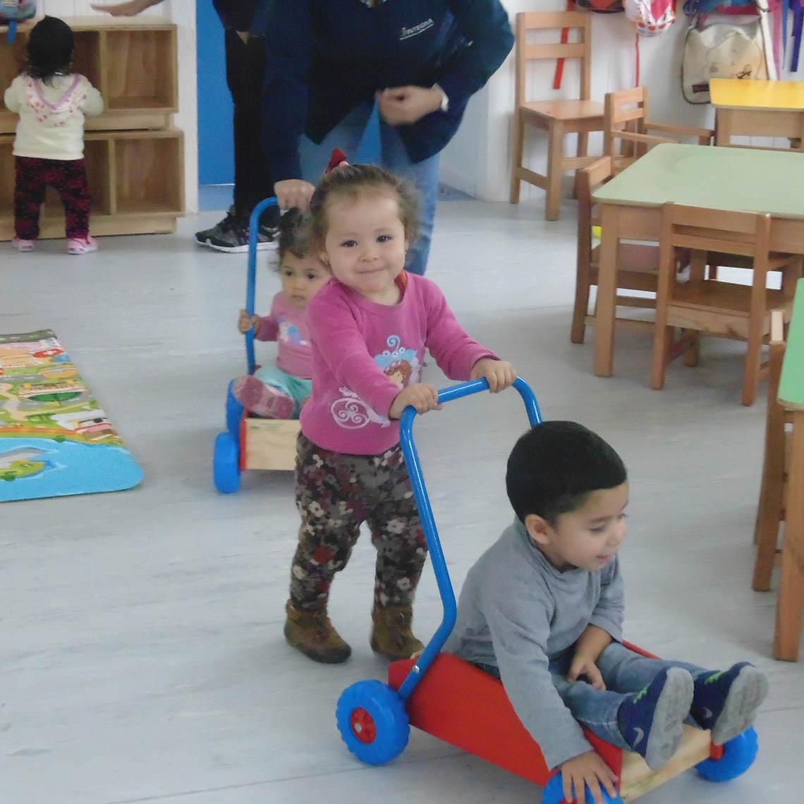 Niños preescolares juegan en sala del Jardín José Miguel Carrera de Quillota