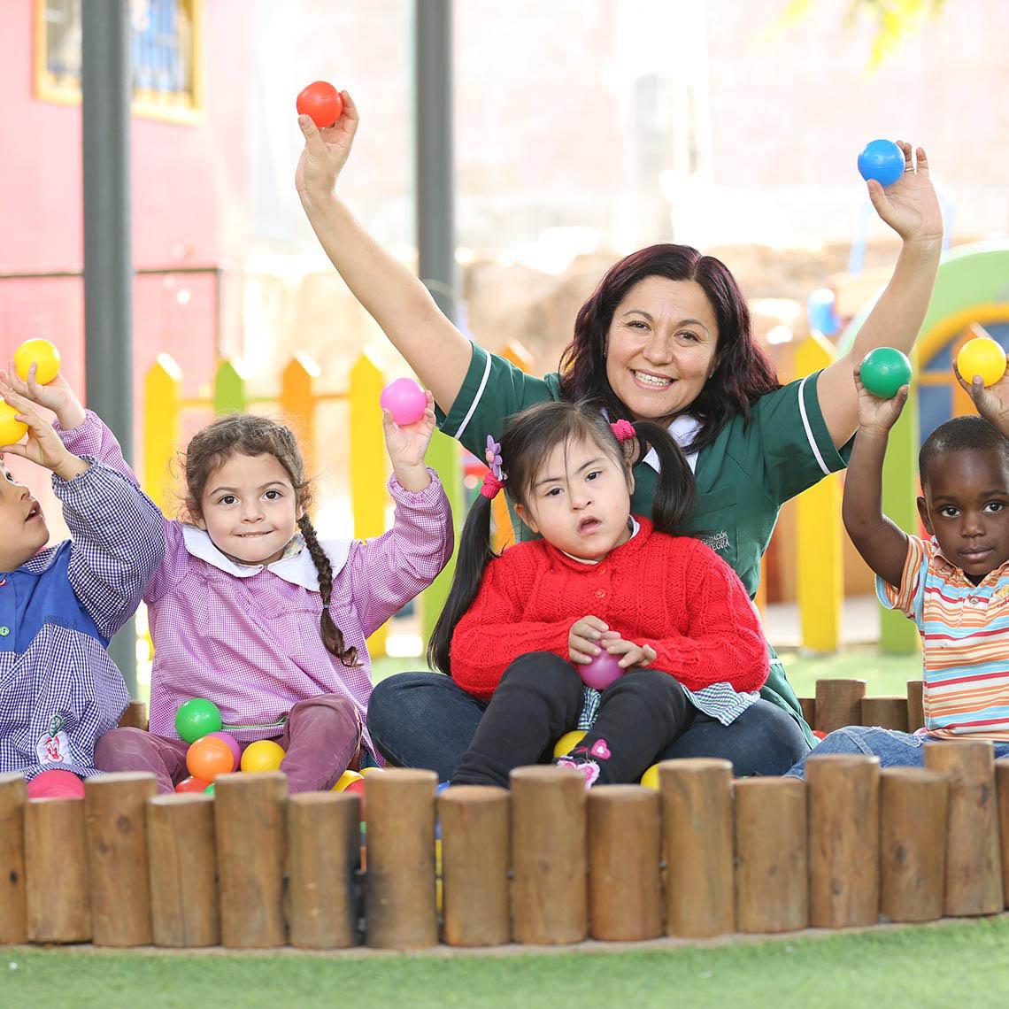 Profesora con niños y niñas en Jardín Integra