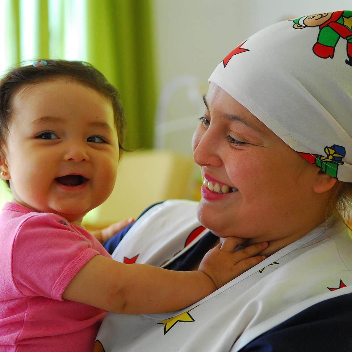 Educadora con niña de Sala cuna.