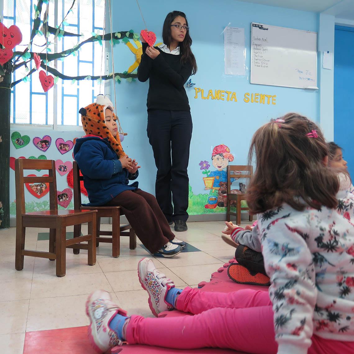 Educadora enseña a los niños emociones que tiene presente el árbol