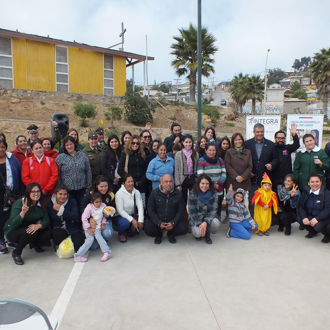 Grupo de niños y niñas junto a Educadoras del Jardín