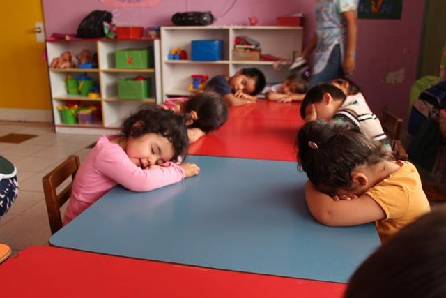 Niños y niñas participan en jornada de relajación en Vacaciones en Mi Jardín.