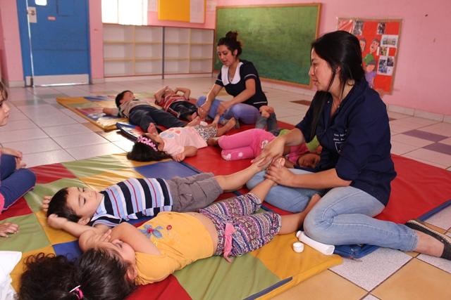 Niños de Vacaciones en mi Jardín reciben masajes de relajación