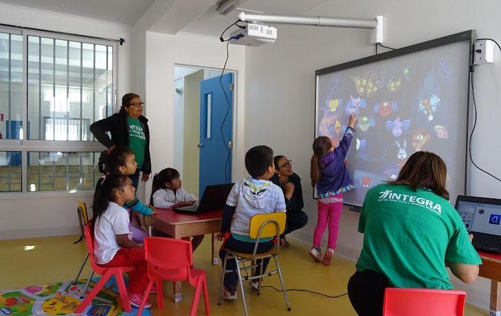 Niños y niñas de Chañaral aprenden con moderna pizarra