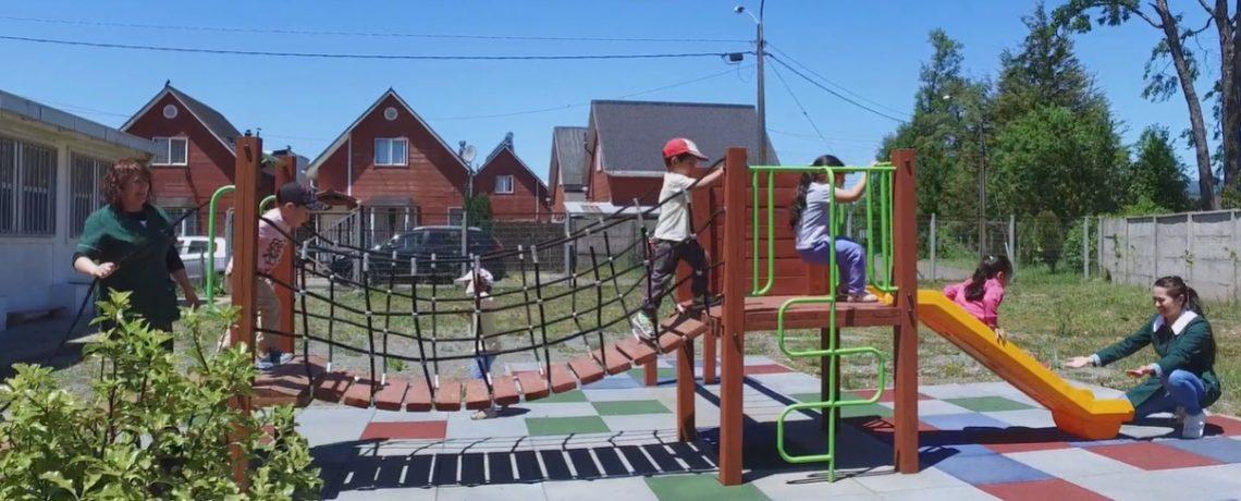 ¿Cómo se benefician los niños y niñas al jugar al aire libre?