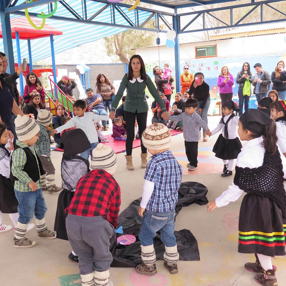 """Los niños y niñas presentan el baile típico """"La tejedora""""."""