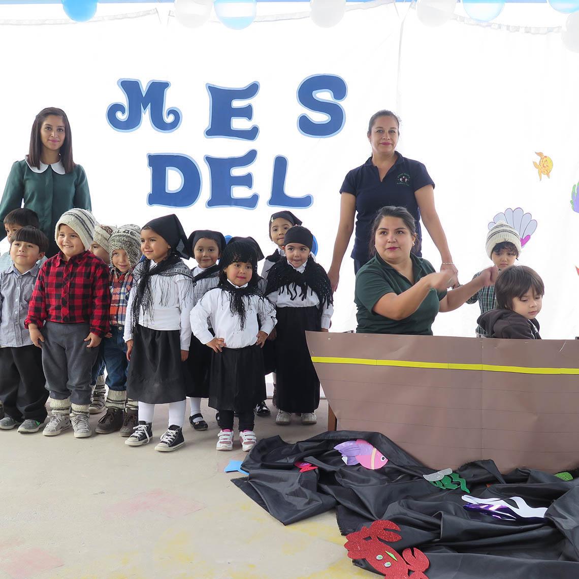 Junto a las educadoras los niños y niñas despiden el mes del mar.