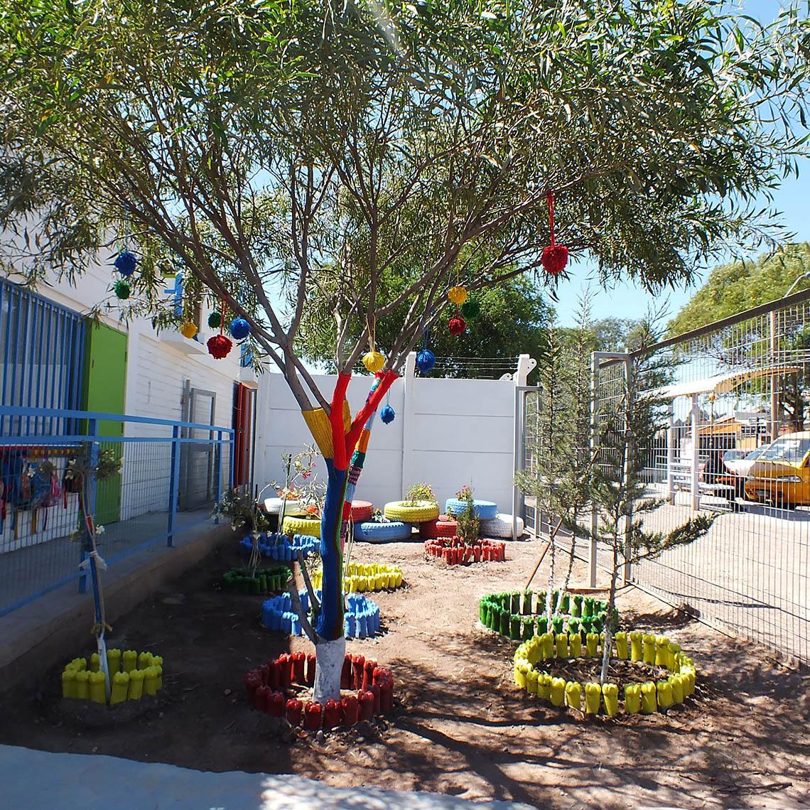 Árbol del Jardín Infantil son decorados y pintados en proyecto de intervención de áreas verdes