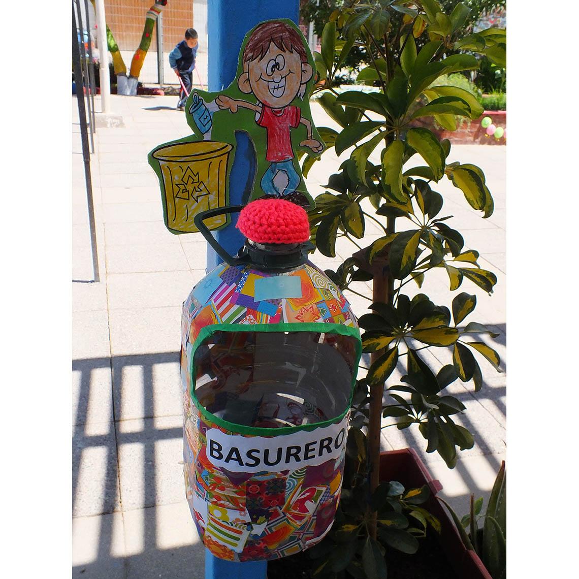En campaña de reciclaje niños y niñas usan botellas plásticas como basureros en intervención de áreas verdes