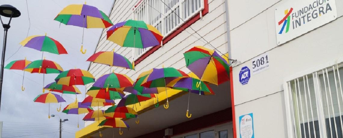 Paraguas de colores dan bienvenida a jardín