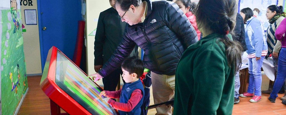 Sala interactiva cautiva a niños de Hualaihué