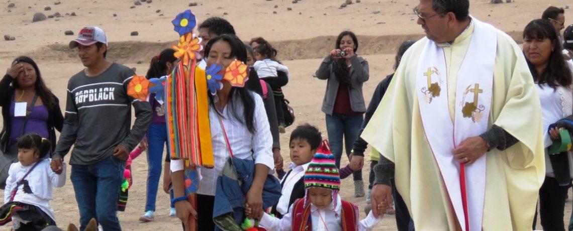 Niños participan en tradicional rito de la Cruz de Mayo