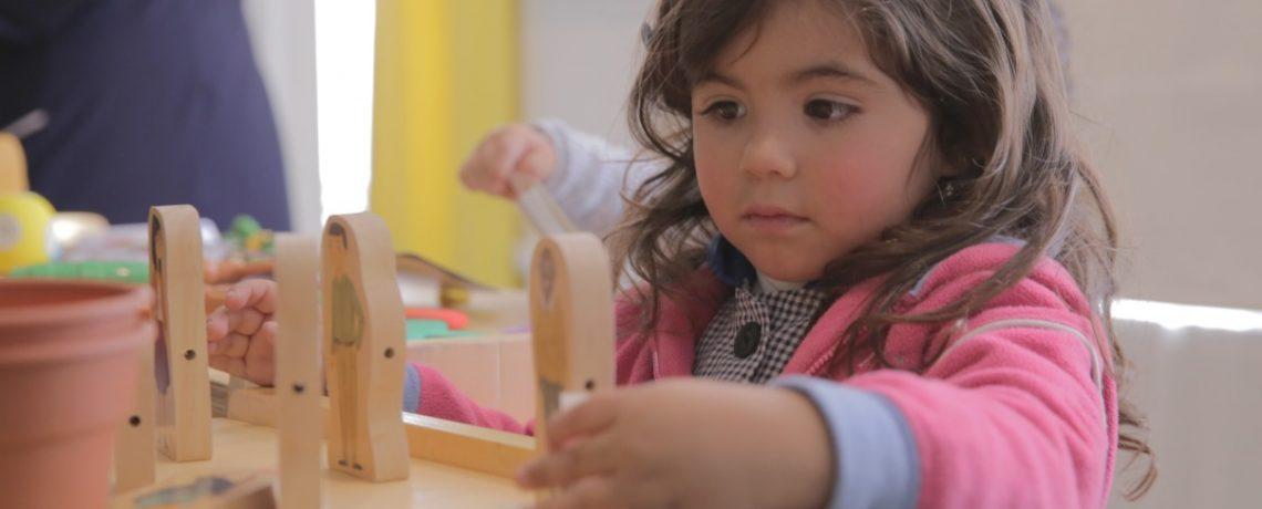 Párvulos escogen material didáctico que desean en el jardín infantil