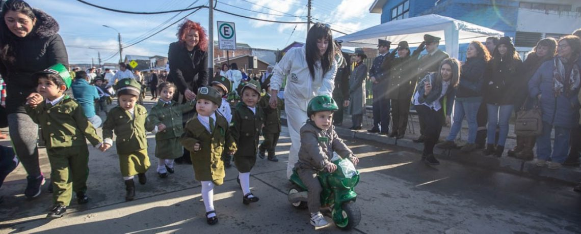 Niños de Magallanes rinden honores a la patria con mini Parada Militar