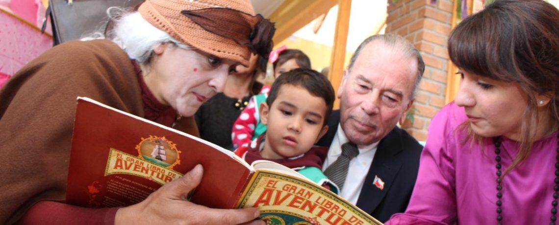 Niños y abuelos celebran el Día del Libro