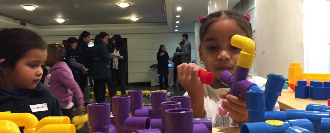 Niños eligen material educativo para sus jardines infantiles